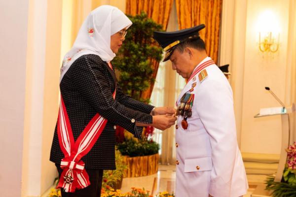 Menteri Dalam Negeri Tito Karnavian (kanan) menerima penghargaan dari Presiden Singapura YM Halimah Yakop. - Kemendagri