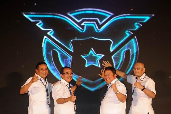 Dirut PT ASABRI Sonny Widjaja (kiri), Direktur Herman Hidayat (kedua kiri), Direktur Hari Setianto (kedua kanan) dan Direktur Adiyatmika, menyentuh monitor bersama saat peluncuran logo baru, di Bogor, Jawa barat, Senin (26/2). - ANTARA/Audy Alwi