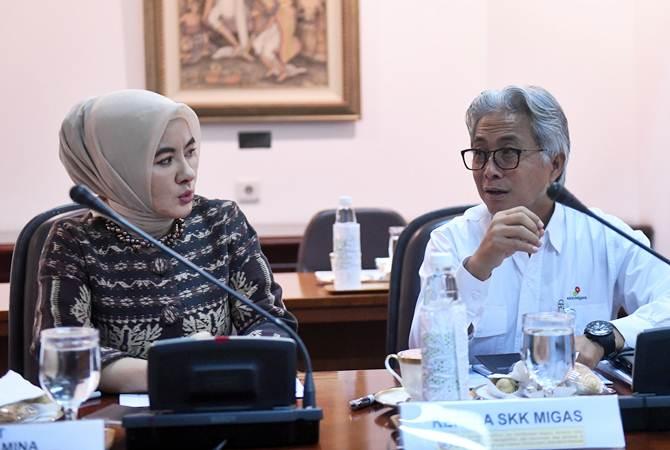 Direktur Utama Pertamina Nicke Widyawati (kiri) berbincang dengan Kepala SKK Migas Dwi Soetjipto sebelum rapat terbatas tentang Minyak dan Gas Bumi, di Kantor Kepresidenan, Jakarta, Rabu (23/1/2019). - ANTARA/Akbar Nugroho Gumay