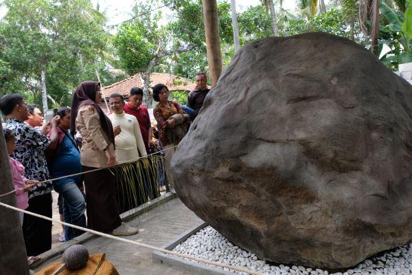 Sejumlah pengunjung menyaksikan batu prasasti di komplek Keraton Agung Sejagad Desa Pogung Jurutengah, Bayan, Purworejo, Jawa Tengah, Selasa (14/1/2020). - Antara/Anis Efizudin