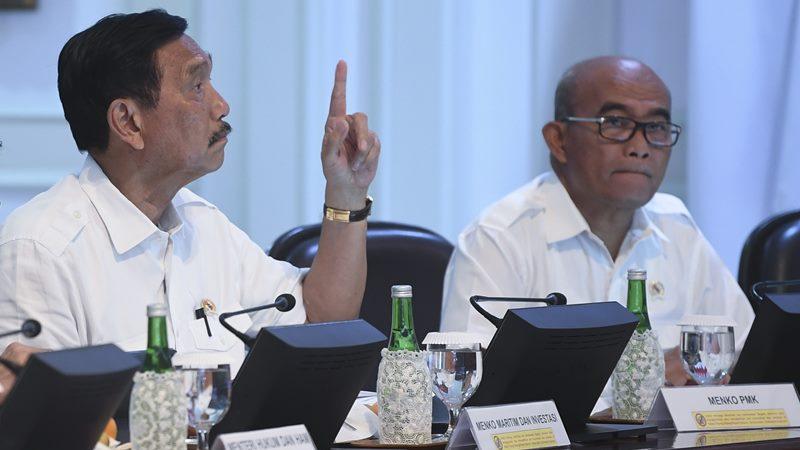 Menko Maritim dan Investasi Luhut Binsar Panjaitan (kiri) dan Menko PMK Muhadjir Effendy mengikuti rapat kabinet terbatas di Kantor Presiden, Jakarta, Senin (6/1/2020). - ANTARA /Wahyu Putro A