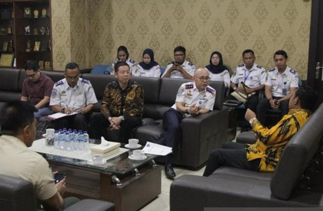 Bupati Bekasi Eka Supria Atmaja bersama Kepala Badan Pengelola Transportasi Jabodetabek Bambang Prihartono membahas rencana pembangunan terminal multimoda di Kabupaten Bekasi. ANTARA - Pradita Kurniawan Syah