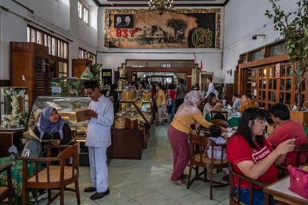 Sejumlah pengunjung bersantap di Toko Oen yang menjadi salah satu ikon wisata kuliner. - Antara/Aji Styawan
