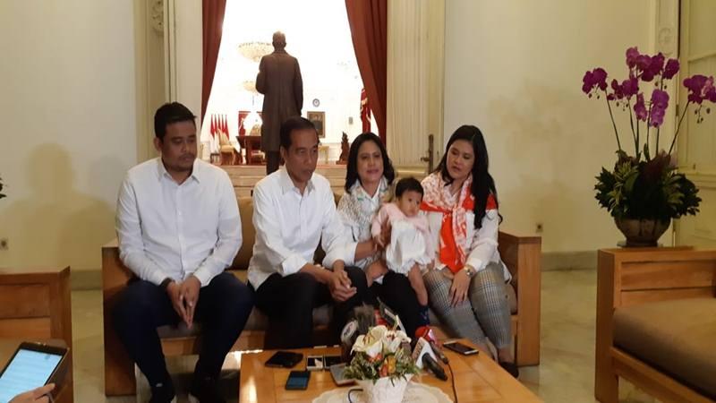 Joko Widodo (Jokowi) ditemani oleh Ibu Iriana Joko Widodo, Kahiyang Ayu, Bobby Nasution, dan cucunya Sedah Mirah saat menjelang debat capres putaran II, Minggu (17/2/2019). - Bisnis/Amanda Kusumawardhani