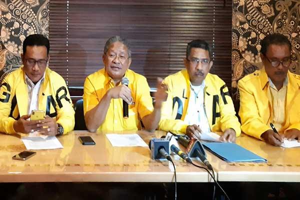 Koordinator Tim Sembilan Partai Golkar Cyrillus Kerong memberikan keterangan menyikapi susunan pengurus Partai Golkar periode 2019-2024 didampingi Juru Bicara Viktus Murin (tengah kanan) bersama anggota Tim Sembilan masing-masing Mahadi Nasution (kiri) dan Fransiskus Roi Lewar (kanan), Jumat (17 - 1).