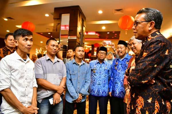 Khaerul montir pembuat pesawat asal Kabupaten Pinrang (baju putih) bertemu secara khusus dengan Gubernur Sulsel Nurdin Abdullah, Jumat (17/1 - 2020).