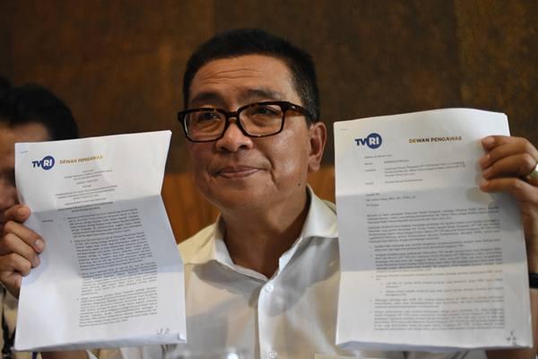 Direktur Utama LPP TVRI nonaktif Helmy Yahya menunjukkan surat pemberhentian dari jabatannya oleh Dewan Pengawas LPP TVRI saat menggelar konferensi pers di Jakarta, Jumat (17/1/2020). - Antara