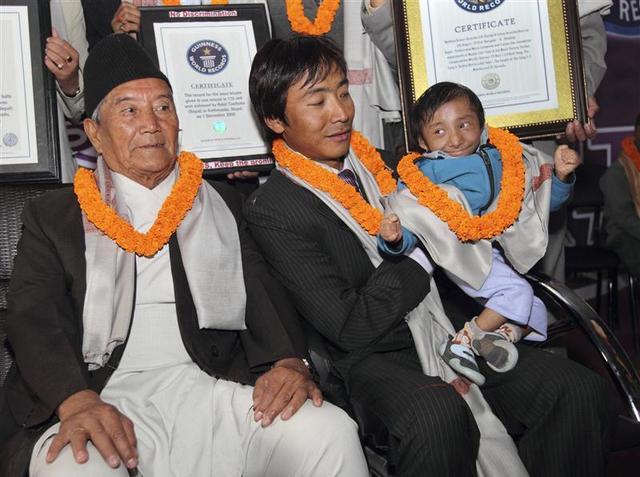 Khagendra Thapa Magar (kanan) kala menerima penghargaan sebagai lelaki terpendek di dunia 2010 lalu - Reuters/Ghopa Chitrakar