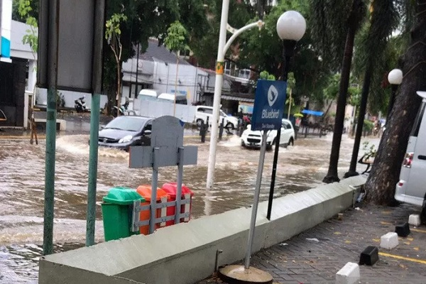 Jalan yang tergenang pascahujan lebat di Jalan Cikini Raya,Sabtu (18/1/2020). - Antara