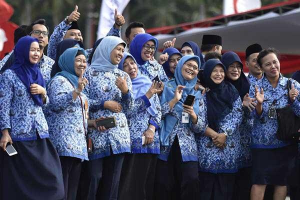 Aparatur sipil negara berfoto bersama seusai mengikuti upacara peringatan HUT ke-46 Korps Pegawai Republik Indonesia (Korpri), di Monas, Jakarta, Rabu (29/11/2017). - ANTARA/Puspa Perwitasari