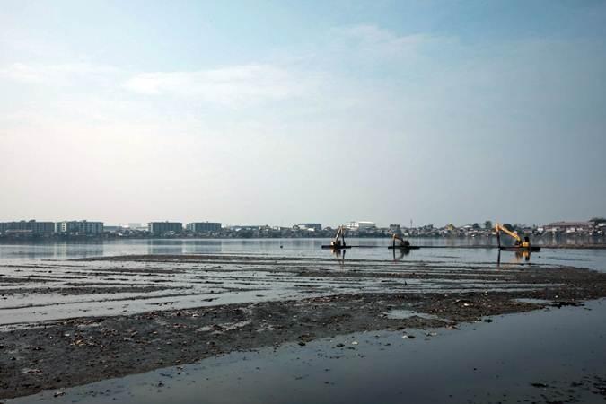 Alat berat dioperasikan untuk pengerukan endapan lumpur Waduk Pluit - Bisnis/Felix Jody Kinarwan