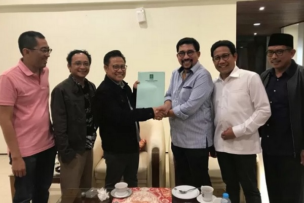 Ketua Umum PKB Muhaimin Iskandar menyerahkan surat rekomendasi bakal calon wali kota Surabaya kepada Machfud Arifin di Jakarta, Minggu (19/1/2020) malam. - Antara