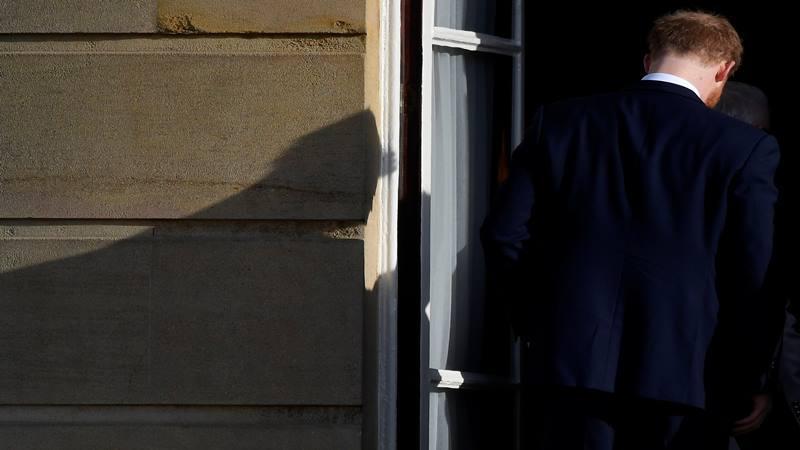 Pangeran Harry Inggris berjalan kembali ke Istana Buckingham setelah menghadiri acara rugby di London, Inggris 16 Januari 2020. - Reuters