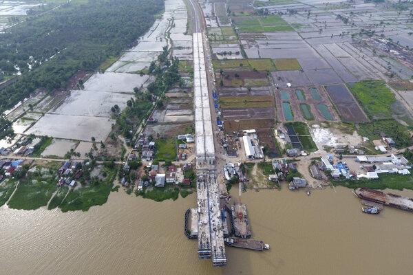 Foto Aerial proyek pembangunan Tol Trans Sumatera ruas Kapal Betung (Kayu Agung - Palembang - Betung) seksi II (Jakabaring-Musilandas) di Desa Pegayut, Pemulutan, Ogan Ilir (OI), Sumatera Selatan, Kamis (16/1/2020). Pembangunan Tol Kapal Betung dengan panjang 111,69 km saat ini terus dikebut agar dapat beroperasi pada tahun 2020. - Antara/Nova Wahyudi