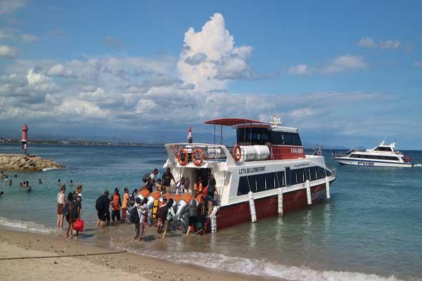 Para wisatawan lokal maupun mancanegara saat antri naik Fast Boat menuju lokasi wisata Nusa Penida dan Nusa Lembongan, di Pantai Sanur, Minggu (19/1 - 2020).