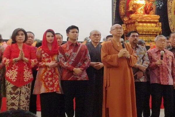 Pendiri Indonesia Buddhist Center Association dan Pimpinan Wihara Mahavira Graha Pusat, B Chaokun Hui Siong Mahanayaka (ketiga kanan) memimpin doa bersama menyambut Imlek di Wihara Mahavira Graha Surabaya, Jumat (17/1/2020) malam. - Bisnis