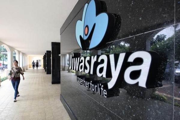 Pejalan kaki melintas di dekat logo PT Asuransi Jiwasraya - JIBI/Dedi Gunawan