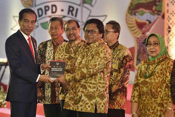Presiden Joko Widodo (kiri) menerima buku dari Ketua DPD Oesman Sapta (ketiga kanan) didampingi Ketua MPR Zulkifli Hasan (kedua kanan), Ketua BPK Moermahadi Soerja Djanegara (kedua kiri), Wakil Ketua DPD Nono Sampono (ketiga kiri) dan Damayanti Lubis (kanan) saat Sarasehan Nasional DPD, di Jakarta, Jumat (17/11). - ANTARA/Puspa Perwitasari