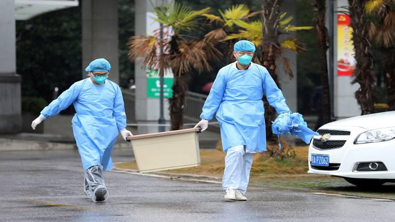 Staf medis membawa kotak ketika mereka berjalan di rumah sakit Jinyintan, tempat pasien dengan pneumonia yang disebabkan oleh strain baru coronavirus sedang dirawat, di Wuhan, provinsi Hubei, Cina 10 Januari 2020. Foto diambil 10 Januari 2020. - Reuters