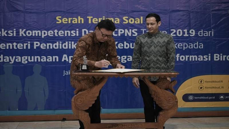 Serah terima soal SKD CPNS 2019 berlangsung di Kantor Kemendikbud, Jakarta, Senin (13/1/2020). Naskah soal untuk selanjutnya dapat digunakan dalam Seleksi Pengadaan CPNS Tahun 2019 di lingkungan kementerian/lembaga/emerintah daerah. - Twitter @Kemdikbud_RI