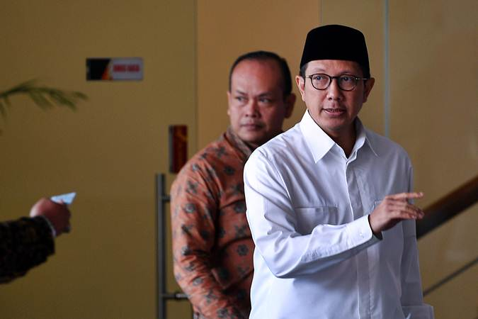 Mantan Menteri Agama Lukman Hakim Saifuddin (kanan) bersiap meninggalkan kantor KPK seusai diperiksa di Jakarta, Kamis (23/5/2019). - ANTARA/Sigid Kurniawan