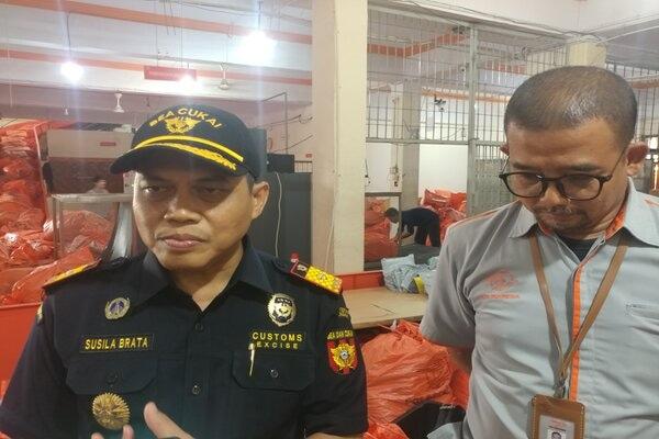 Kepala BC Tipe B Batam, Susila A Brata saat ditemui di Kantor POS Indonesia cabang Batam, Senin (20/1). Kunjungannya tersebut untuk melihat aktivitas pengiriman barang di sana. - Bisnis/Bobi Bani.