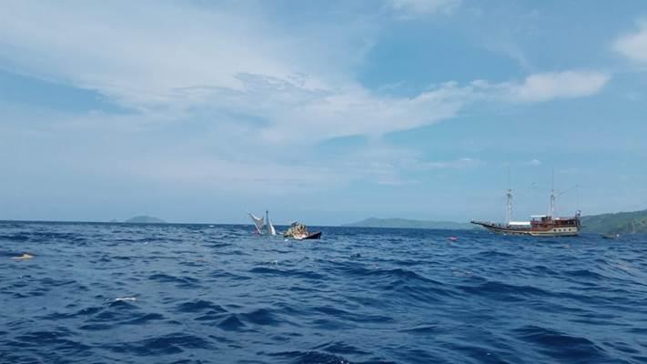 Kapal pinisi yang membawa rombongan wartawan peliput kegiatan Presiden Jokowi di Labuan Bajo terbalik / Istimewa