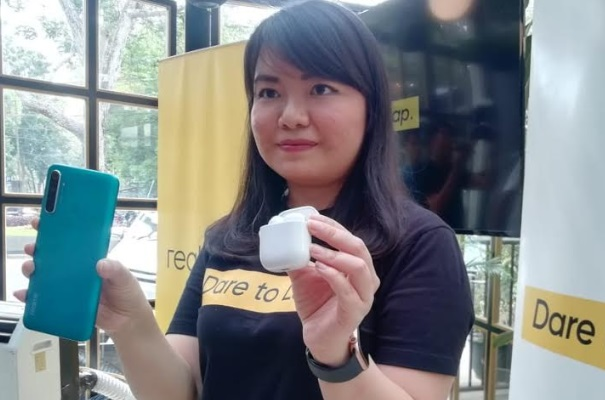 Realme memperkenalkan buds air dan ponsel terbaru untuk pasar Kota Bandung, yaitu Realme Buds Air dan Realme 5i. - Bisnis/Novianti