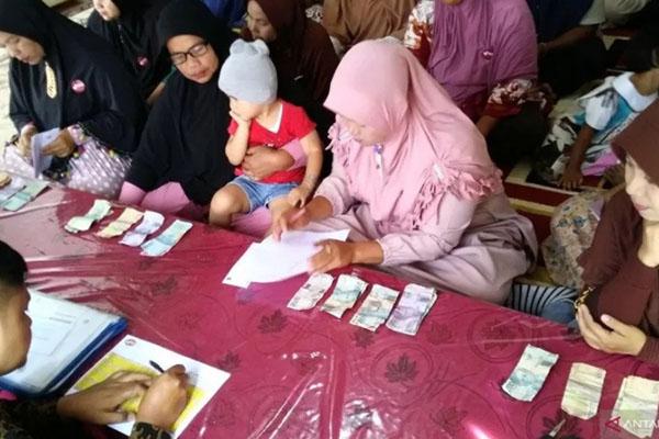 Kegiatan Bank Wakaf Mikro Pondok Pesantren Modern Al Kautsar di Kabupaten Limapuluh Kota, Sumatra Barat. - Antara/Ikhwan Wahyudi
