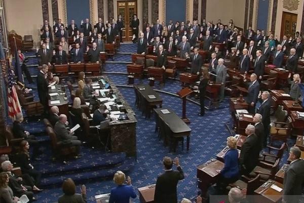 Ketua Mahkamah Agung Amerika Serikat John Roberts mengambil sumpah para senator saat permulaan prosedur sidang pemakzulan Senat terhadap Presiden Amerika Serikat Donald Trump, seperti yang terlihat dalam sebuah gambar video di Ruang Senat di US Capitol, Washington, Amerika Serikat, Kamis (16/1/2020). - Antara