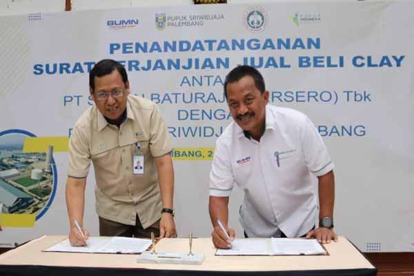 Direktur Utama PT Pusri Palembang Mulyono Prawiro (kiri) bersama Direktur Utama PT Semen Baturaja (Persero) Tbk Jobi Triananda Hasjim menandatangani surat perjanjian jual beli white clay untuk kebutuhan pupuk NPK - Istimewa
