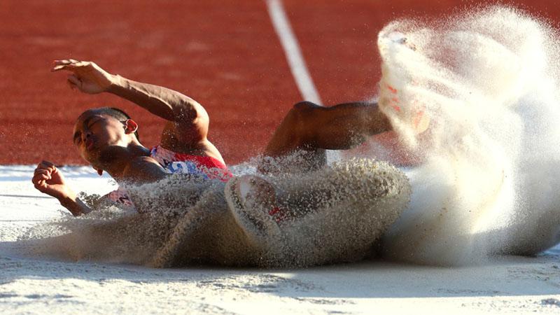 Atlet Indonesia Sapwaturrahman Sanapiah Arsyad ketika meraih medali emas lompat jauh Sea Games 2019. - Reuters/Athit Perawongmetha