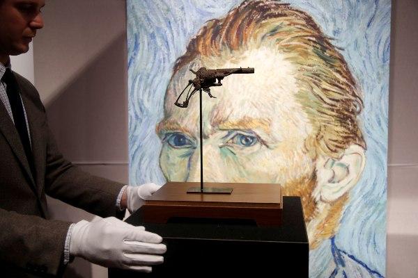 Pistol yang diyakini digunakan pelukis Vincent Van Gogh untuk bunuh diri di Auvers-sur-Oise, Prancis pada 27 Juli 1890, ditampilkan di rumah lelang Drouot di Paris, Senin (14/6/2019). - Reuters/Charles Platiau