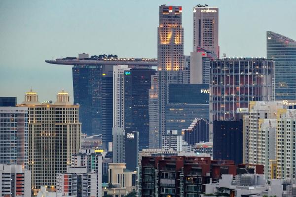 Foto udara yang memperlihatkan gedung komersial dan residensial di Singapura - Reuters/Loriene Perera