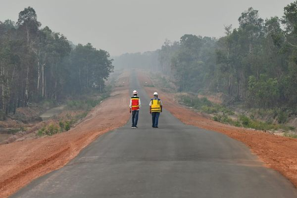 Presiden Joko Widodo (kiri) dan Menteri Pekerjaan Umum dan Perumahan Rakyat (PUPR) Basuki Hadimuljono (kanan) saat meninjau pembangunan jalan Trans Papua - Dok. Biro Pers Setpres