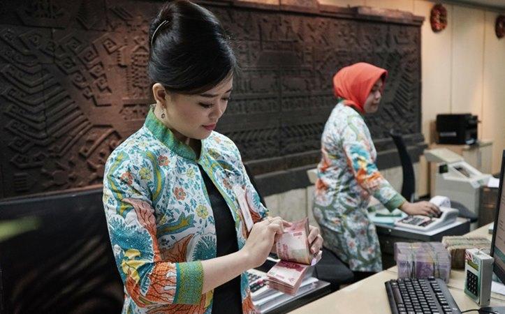 Petugas teller PT Bank Negara Indonesia (Persero) Tbk. atau BNI sedang menghitung uang pada Kamis (19/12/2019. - Istimewa