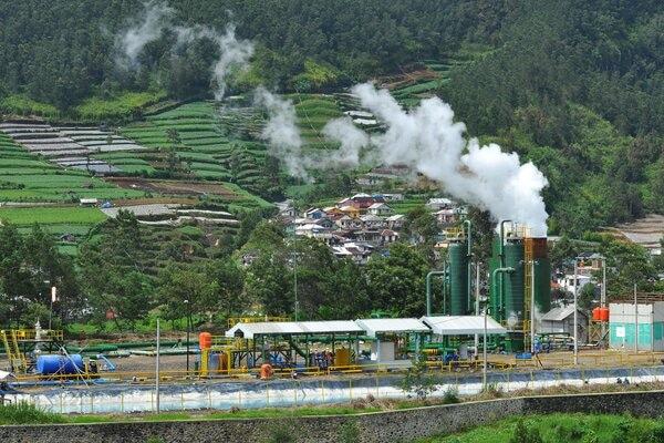Instalasi sumur geothermal atau panas bumi milik PT Geo Dipa Energi di dataran tinggi Dieng Desa Pranten, Bawang, Batang, Jawa Tengah, Senin (13/1/2020). Sejak pertengahan tahun 2019, PT Geo Dipa Energi (Persero) mulai pembangunan fisik Pembangkit Listrik Tenaga Panas Bumi (PLTP) Small Scale Dieng berkapasitas 10 Mega Watt (MW), yang merupakan pembangkit skala kecil pertama Indonesia yang ditargetkan beroperasi secara komersial pada akhir tahun 2020. - Antara/Anis Efizudin