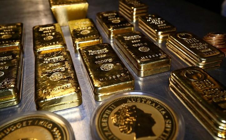Emas batangan dan koin ditumpuk di ruang brankas di rumah emas Pro Aurum di Munich, Jerman, Rabu (14/8/2019). - Reuters/Michael Dalder