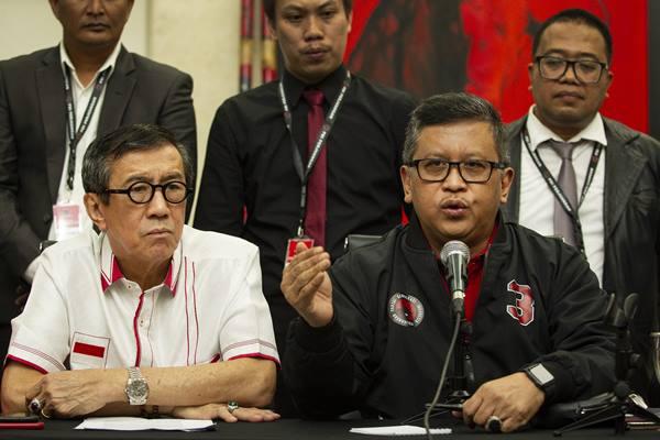 Sekjen PDIP Hasto Kristiyanto (kanan) didampingi Ketua DPP Bidang Hukum, HAM dan Perundang-Undangan Yasonna Laoly (kiri) saat menyampaikan keterangan pers di kantor DPP PDIP, Jakarta, Rabu (15/1/2020).  - Antara