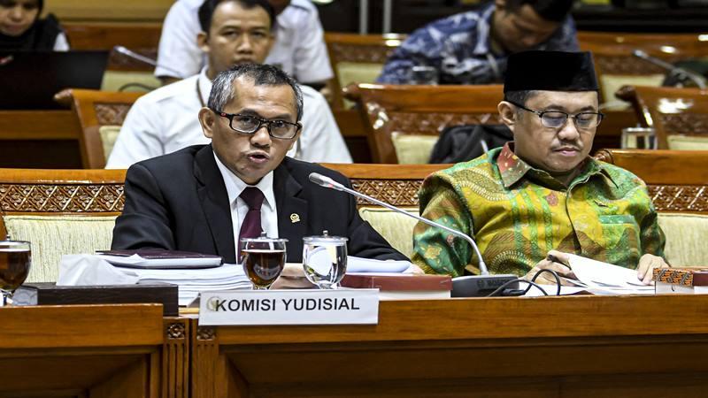 Ketua Komisi Yudisial (KY) Jaja Ahmad Jayus (kiri) memberikan paparannya saat rapat bersama Komisi III DPR di komplek Parlemen, Jakarta, Rabu (15/1/2020). - Antara