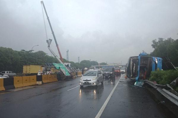 Bus Damri trayek Bekasi - Bandara Soekarno-Hatta mengalami kecelakaan di KM 21000 Jalan Tol Sedyatmo arah bandara, Kamis (23/1/2020). ANTARA - HO/Jasa Marga
