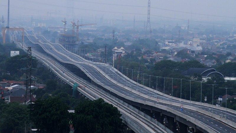 Sejumlah kendaraan petugas jalan tol melintas di area pengerjaan perbaikan sisi sambung jalan Tol layang Jakarta-Cikampek II (Elevated), di Bekasi, Jawa Barat, Rabu (11/12/2019). - ANTARA/Risky Andrianto
