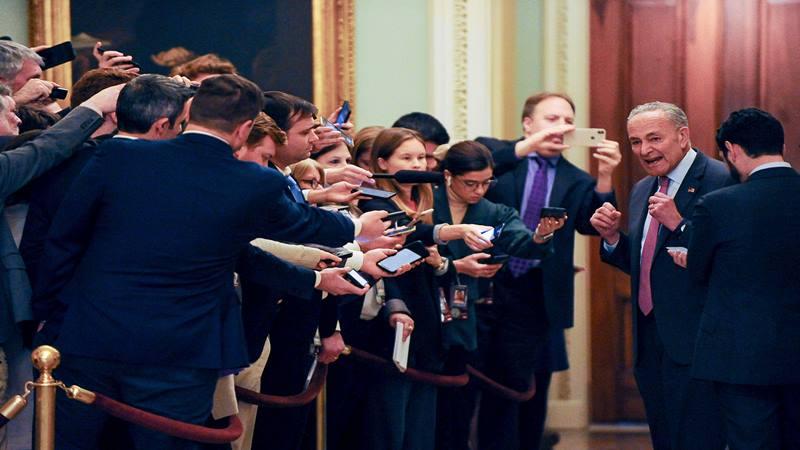Pemimpin Minoritas Senat AS Chuck Schumer berbicara kepada wartawan selama reses persidangan impeachment Presiden Donald Trump di Capitol Hill di Washington, AS, 22 Januari 2020. - Reuters