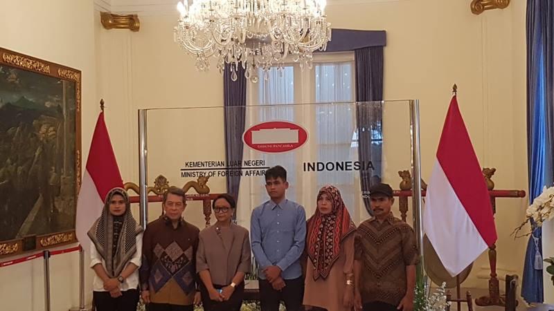 Menteri Luar Negari Retno Marsudi (ketiga dari kiri) menyerahkan WNI yang disandera kelompok Abu Sayyaf (tengah) kepada keluarga di Kantor Kemenlu, Jakarta, Kamis (23/1/2020). JIBI - Bisnis / Denis Riantiza M
