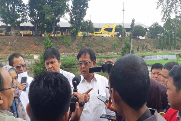 Kepala Balai Besar Pelaksana Jalan Nasional (BBPJN) V Kgs. Syaiful Anwar memberikan keterangan terkait penanganan jalan longsor di Sumsel kepada wartawan. Bisnis - Dinda Wulandari