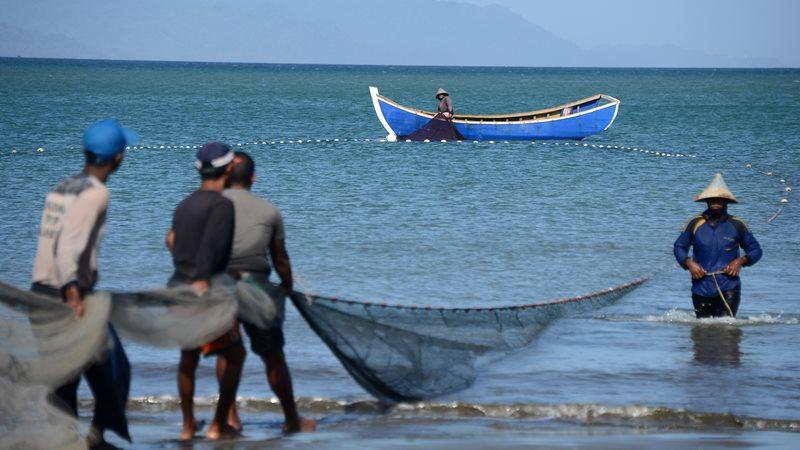 Nelayan tradisional menarik pukat darat saat menangkap ikan di perairan Pantai Kampung Jawa, Banda Aceh, Aceh, Kamis (2/1/2020). Hasil tangkapan nelayan tradisional di daerah itu menurun karena perairan berlumpur dan dipenuhi sampah. - ANTARA /Ampelsa