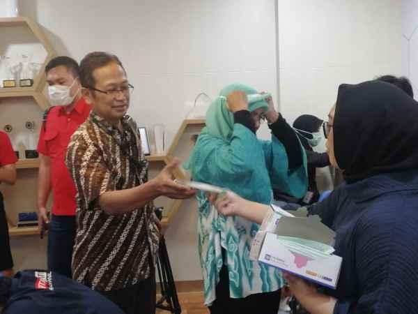 Karyawan BRI membagi-bagi masker kepada wartawan yang hadir pada acara public expose laporan keuangan BRI 2019. Salah satu warga China yang bekerja di Huawei Indonesia, di Gedung BRI, diduga terkena virus Corona. - Bisnis/Istimewa