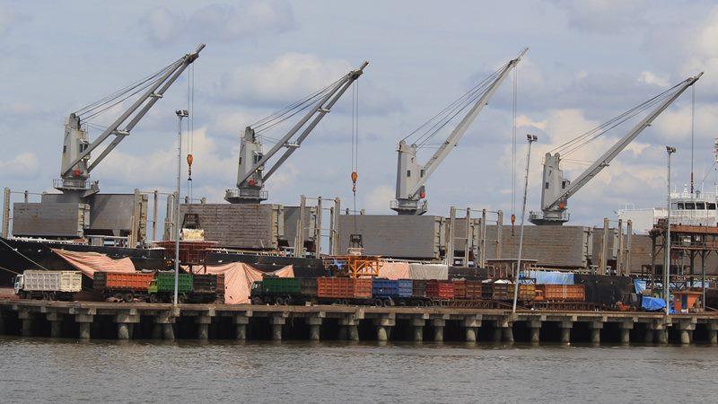 Sebuah kapal kargo berbendera asing memuat bungkil inti sawit (palm kernel meal) di terminal curah cair Dermaga C Pelabuhan PT. Pelindo I Dumai di Dumai, Riau, Sabtu (11/1/2020). -  ANTARA / Aswaddy Hamid
