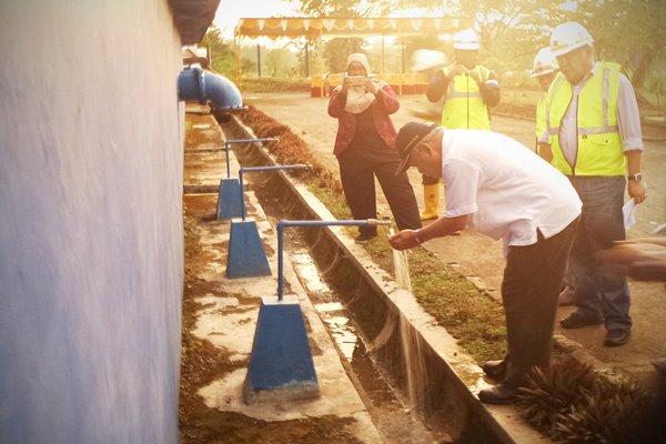 Menteri Pekerjaan Umum dan Perumahan Rakyat Basuki Hadimuljono saat meninjau Sistem Penyediaan Air Minum (SPAM) Regional Brebes, Tegal, dan Slawi (Bregas) dengan kapasitas 650 liter per detik untuk pelayanan air minum baru 52 ribu Sambungan Rumah (SR) di tiga daerah tersebut pada Bulan April 2016  - dokumentasi