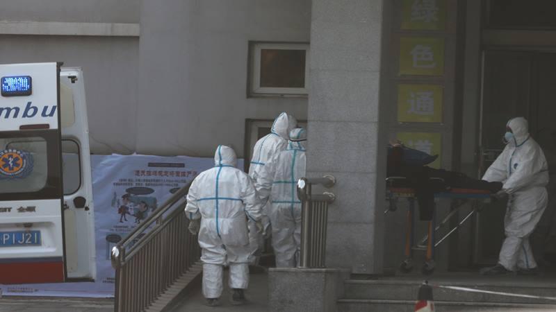 Staf medis memindahkan seorang pasien dari ambulans di rumah sakit Jinyintan, lokasi pasien dengan pneumonia yang disebabkan oleh strain baru coronavirus sedang dirawat, di Wuhan, provinsi Hubei, Cina 20 Januari 2020. - Reuters
